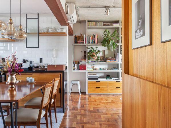 L005 - Apartamento detalhe concreto - 12 decoracao apartamento corredor painel de madeira piso de tacos
