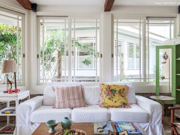 L003 - Casa com jardim - 10 decoracao casa de praia sala moveis rusticos sofa capa branca