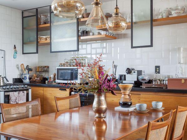 L005 - Apartamento detalhe concreto - 17 decoracao apartamento cozinha integrada cadeiras vintage jantar