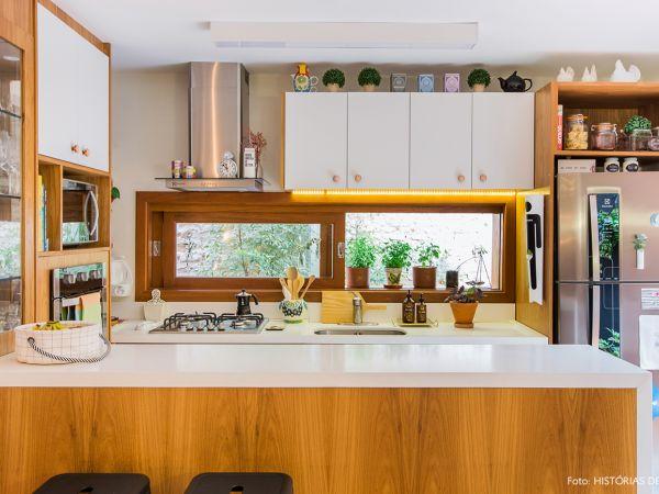 L004 - Casa aconchegante - 16 decoracao casa de vila cozinha integrada balcao de madeira