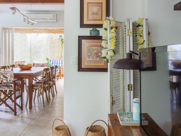 L003 - Casa com jardim - 09 decoracao casa de praia sala moveis rusticos cestos artesanais