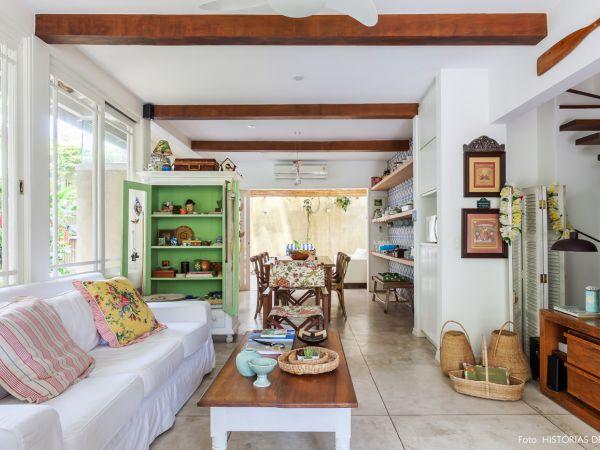 L003 - Casa com jardim - 08 decoracao casa de praia sala moveis rusticos piso cinza