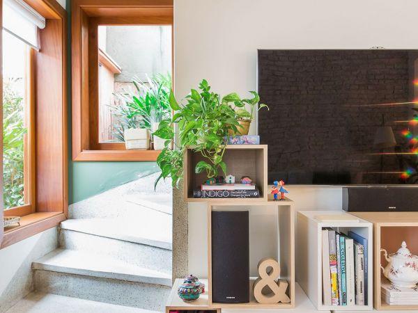 L004 - Casa aconchegante - 01 decoracao casa de vila sala rack tv caixotes de madeira