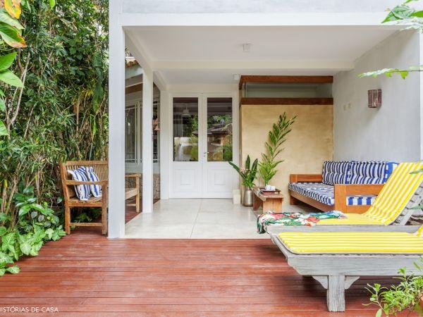 L003 - Casa com jardim - 02 decoracao arquitetura casa de praia colorida deck espreguicadeira